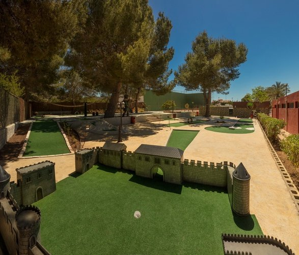 Mini-golf en Club 'La Marina' Parque Vacacional Magic Robin Hood Alfaz del Pi
