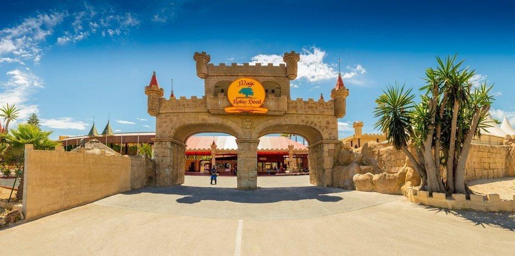 Fachada parque vacacional magic robin hood alfaz del pi