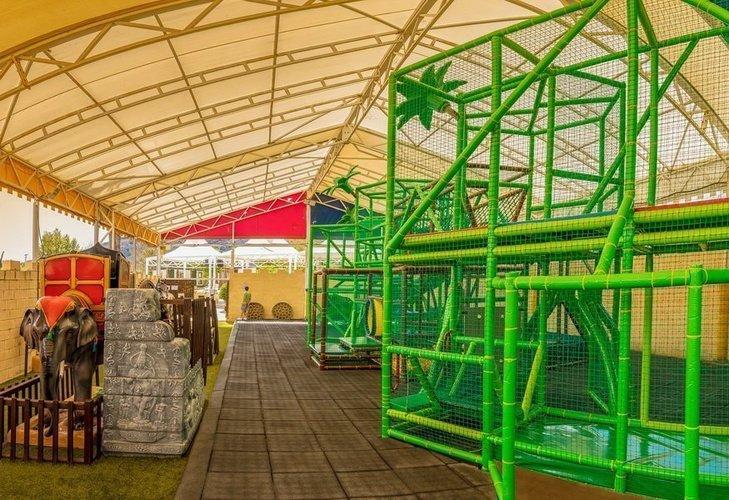 Parque infantil, con zona de actividades y talleres parque vacacional magic robin hood alfaz del pi